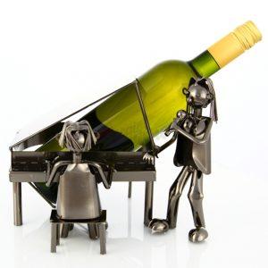 Kovový stojan na víno s motívom Klavirista a specák, Promitor Vinorum | regioWine