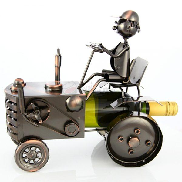Kovový stojan na víno s motívom Traktorista, Promitor Vinorum | regioWine