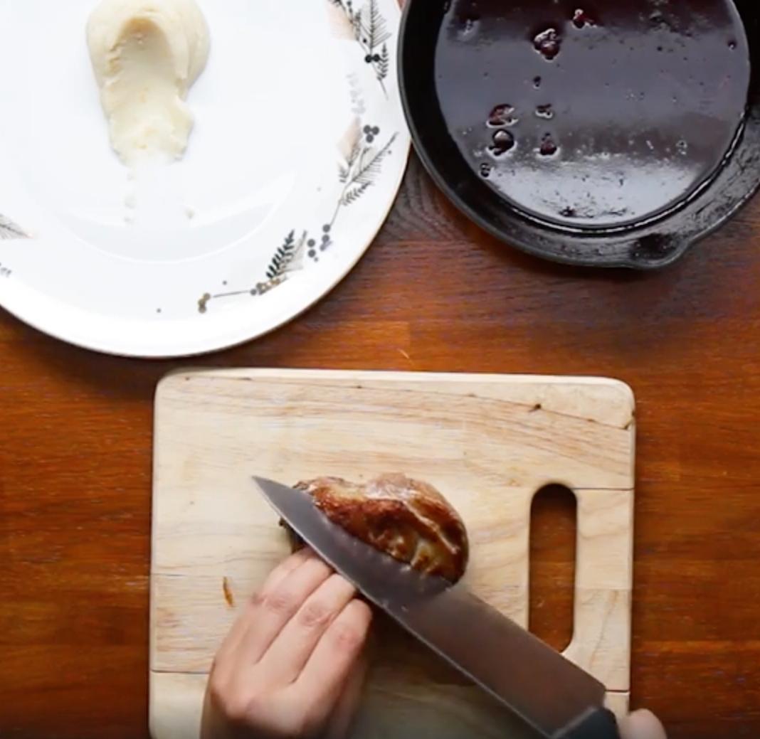 Recept: Prudko opečené kačacie prsia s červeným vínom, pomarančom a olivovým olejom | regioWine